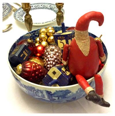 xmas-season_folk-santa-with-ornaments